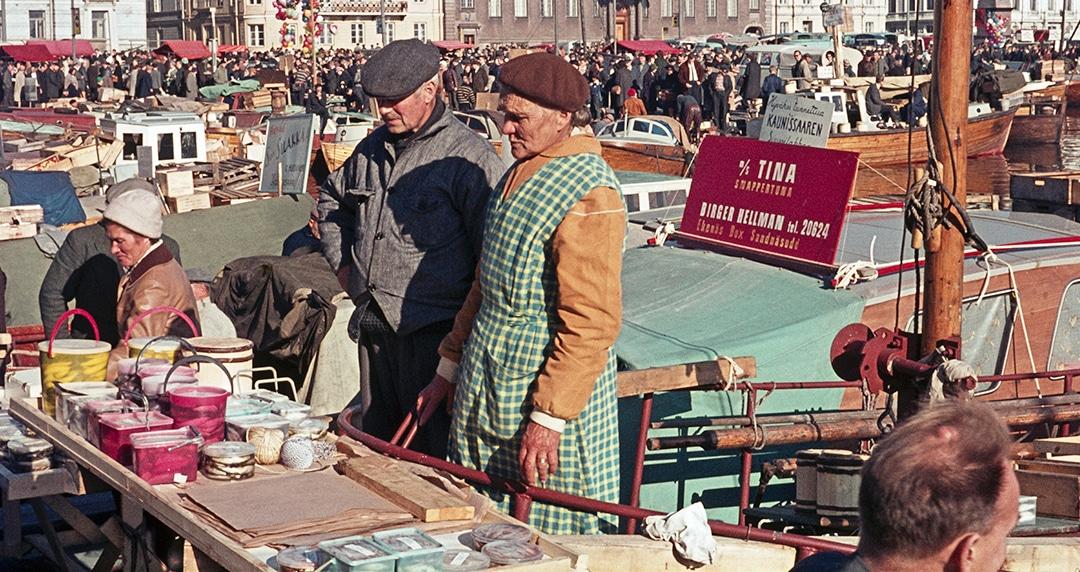 Eteläsatama, Kauppatori, kalamarkkinat 5.-6.10.1964. Kuva: Constantin Grünberg. www.helsinkikuvia.fi, CC BY 4.0